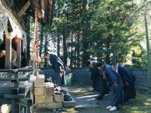 Local people always bow politely to the god of their community shrine.© Uma Kinoshita