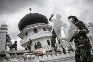 Indonesian National Armed Forces (TNI) clearing the rubble of collapsed Jami Quba Mosque following the earthquake in Pidie Jaya, Aceh province, on December 11, 2016.