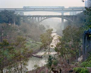 Quand la ville rencontre la campagne. District de Banan, Chongqing. Chine, Décembre 2017.