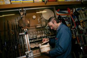 De l'outillage spécialisé aux appareils ménagers, du fusil à la cuillère en bois, de la quincaillerie à la biche empaillé, l'on trouve tout chez Morard Frères à Bulle, depuis plus de cinquante ans au service des clients.