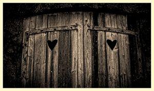 dörr med hjärtan