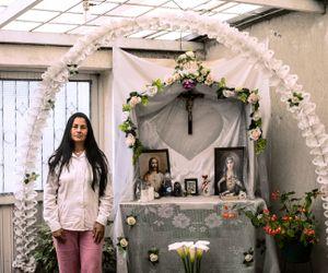 Hilda and her altar © Antonio Pulgarin