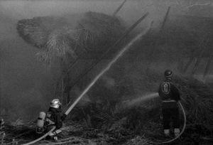9 - L'incendio continua a divorare il tetto, i pompieri provano ad avvicinarsi per direzionare meglio il getto d'acqua.