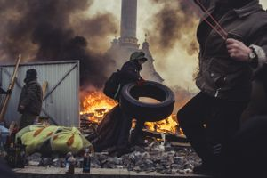 Protestors hold the line at Madan and build new barricades. Kiev, Feb. 19, 2014.