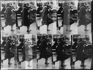 Mère qui court pour attraper le bus © Panayotis Papadimitropoulos