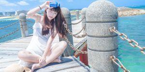 青い海とガール