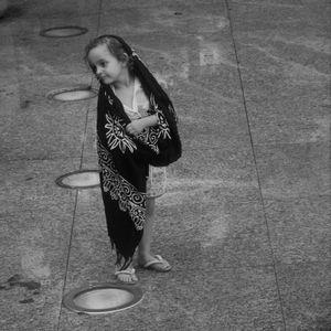 Menina com seu manto
