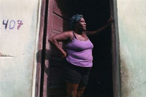 Mujer esperando, Cuba