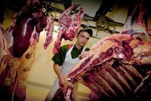 Apprenti boucher dans abbatoir privé. Butcher apprentice in a private slaughterhouse; Vaulruz