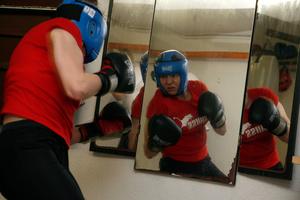 Caroline Dousse, championne régionale de boxe féminine lors d'un entrainement. Caroline Douse, regional women box champion in her training studio, Bulle.