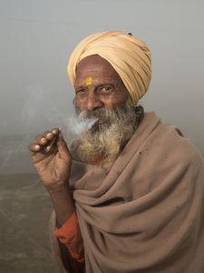 Sannyāsin fumant dans la brume