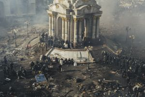 Police and riot police rest on Maidan after clashes in centre Kyiv, 19 Feb. 2014.
