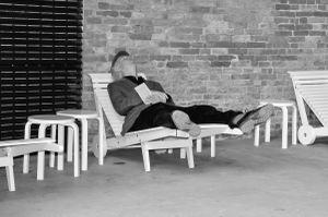 Sedersi e leggere un libro