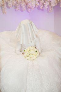 Waiting bride, sitting