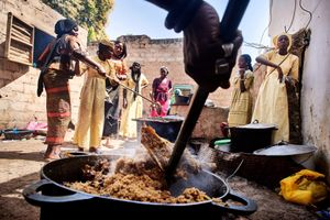 February 22, 2018 – Disciples of the marabout Serigne Touba Khouma in Porokhane prepare big quantities of Thiebou Yap, a traditional dish with rice and lamb, in order to cater for a large number of guests and family members during the Magal of Mame Diarra. Everyone who goes on a pilgrimage in Senegal receives free food and accommodation. In return the pilgrims should make a contribution.