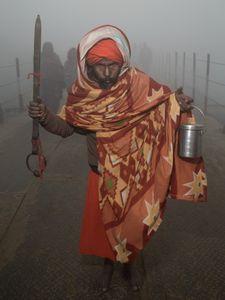 Sannyāsin armé d'un sabre symbolique errant dans la brume