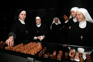 Sweet temptation, nuns at the chocolate factory; dégustation à la chocolaterie, Broc