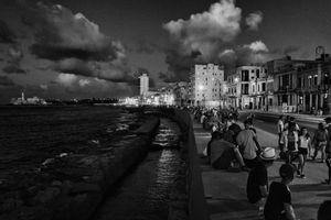 EN EL MALECON, LA HABANA, CUBA 8