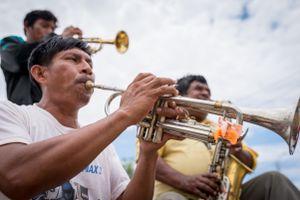 Los músicos tocarán toda la tarde y noche para no perder el ritmo febril de la fiesta.