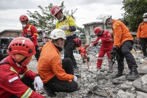 Indonesian National Search and Rescue Agency (BASARNAS) clearing the rubble of collapsed buildings following the earthquake in Pidie Jaya, Aceh province, on December 11, 2016.