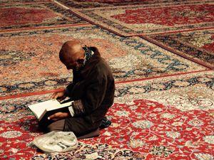 Homme en train de prier