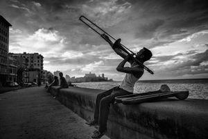 EN EL MALECON, LA HABANA, CUBA 17