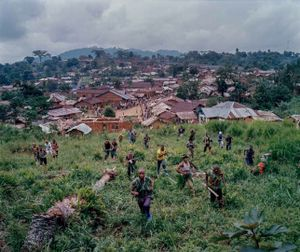 Fighters from the Kikuni faction of the RM demonstrate an attack in the hills above Lulingu town, South Kivu province. © Diana Zeyneb Alhindawi