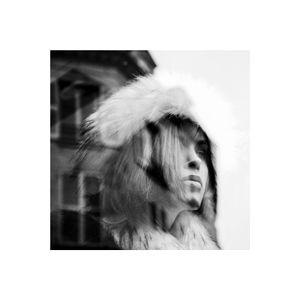 portrait de femme dans la ville - réflexion/reflection 7