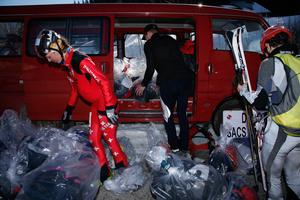 Marathon de ski; collecte des sacs avec les victuailles