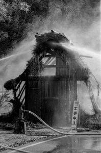 8 - Il tetto è ancora in fiamme nonostante i numerosi getti di acqua.