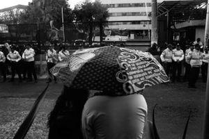 Bajo la lluvia, simpatizantes de los padres esperan su salida afuera del INE, para después dirigirse a la marcha, segunda actividad programada en la 10a Acción Global por Atotzinapa.