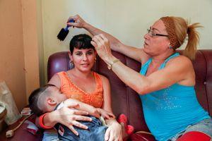 Sissi, hairdresser, with her neice, Cienfuegos © Mariette Allen