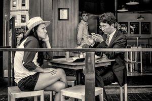 A couple at an outdoor café in Cambridge, MA