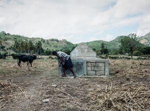 """Louloue (32), Combo Saline, Haiti - Qui repose dans ce tombeau? Chantale, Ti Ben et ma nièce - Pourquoi aimez vous aller sur cette tombe? """"Pour aller se poser tranquillement, faire sècher le linge"""" - Rmq; l'état n'assure pas derrière alors on fait nous-même!"""