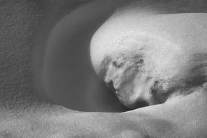 Профиль задумчивой снежной женщины. Парейдолия