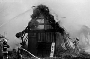 4 - Si tenta di rimuovere la paglia incendiata dal tetto.