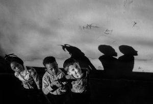 a Nigerian girl, an Eritrean boy and a boy from Kosovo play together  © Alison McCauley