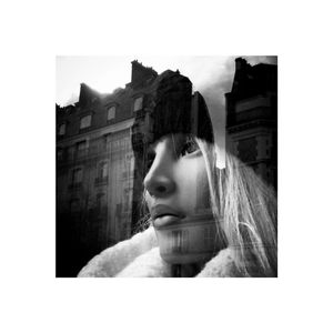 portrait de femme dans la ville - réflexion/reflection 2