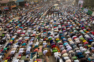 Devotees offer Jummah prayers during the first day of congregations on the highway.