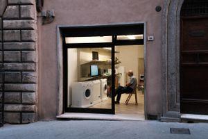 Laundry watching, Tuscany