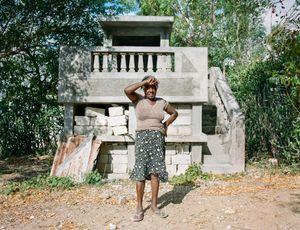"""Madame Exel (58) - Corridor, Haiti - Qui repose dans ce tombeau? """" Le caveau est libre mais j'irai quand je mourrai!"""" - Qui a dessiné ce monument? Boss solide l'a construit en 2005"""