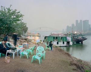 Piques nique et fêtes sur les rives. District de Jiangbei, Chongqing. Chine, Décembre 2017.