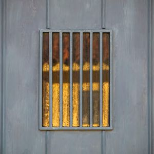 A widow on the door, reflected / Finestra sulla porta, riflessa.