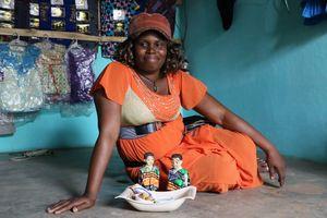 Mère des jumeaux représentés leurs donnant à manger