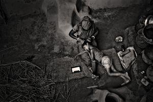 A mother rests with her daughter. Kashipur, Satkhira. © Munem Wasif/VU'