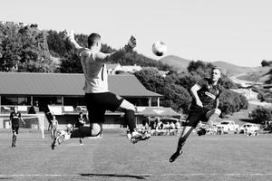 Ryan Feutz (Olé Football Academy) rises acrobatically to take a shot over the goalkeeper