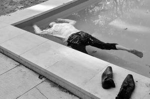 Uomo in piscina