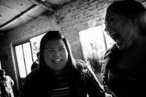 Stefi and Dai laugh at Mia's first birthday party. © Sarah Pabst