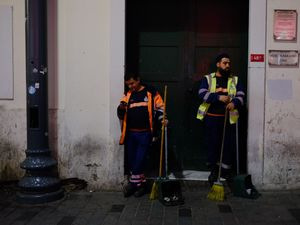 Sanitory worker phabbing his colleague, Istanbul