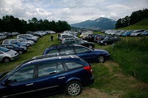 Fête de la St. Jean, Chateau de Gruyère. Mobilité automobile et parking dans le pré.